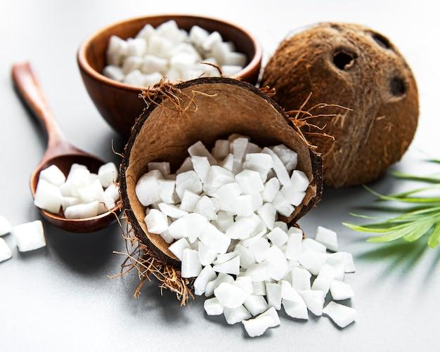 Сушеные сладкие кубики кокоса в шаре на белой поверхности.