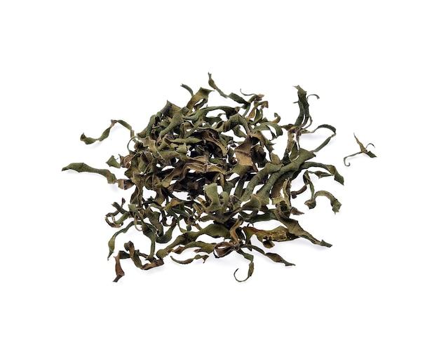 Сушеные чайные листья, изолированные на белом.