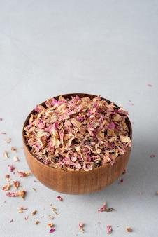 木製のボウルにお茶のバラの花びらを乾燥