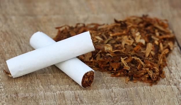 Сушеные табачные листья и сигарета в форме сердца