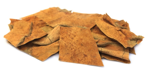 Сушеные листья табака на белом фоне