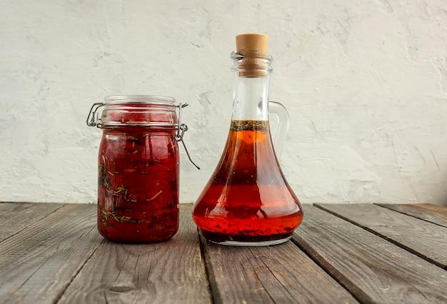 オリーブオイルの瓶の隣に、油の瓶に乾燥トマト
