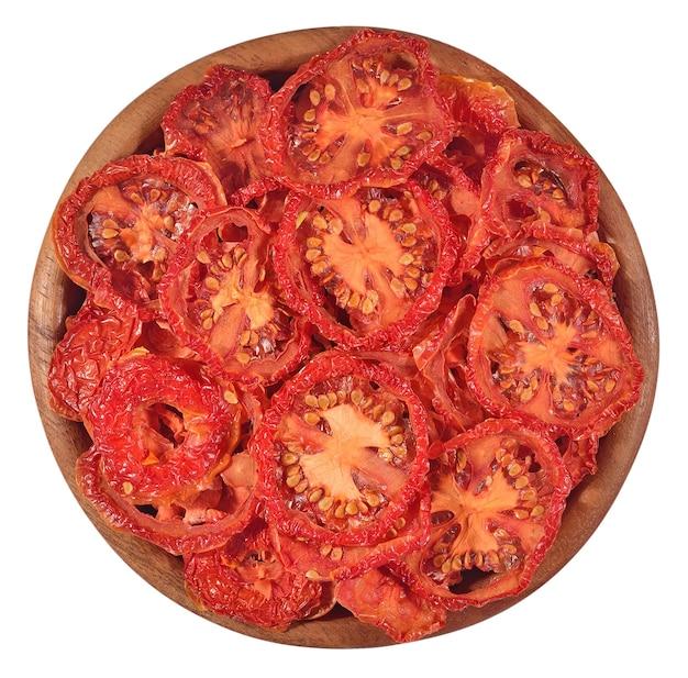 Сушеные помидоры в деревянной миске на белом фоне