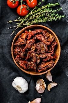 Dried tomatoes with garlic, spices and herbs