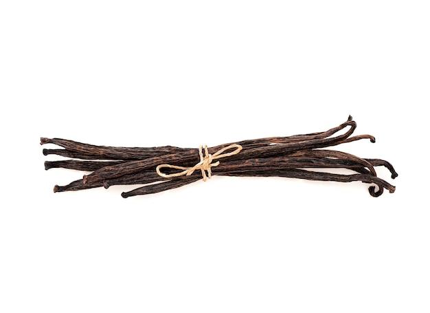 Сушеные стручки ванили, изолированные на белом фоне с обтравочным контуром. вид сверху, плоская планировка.