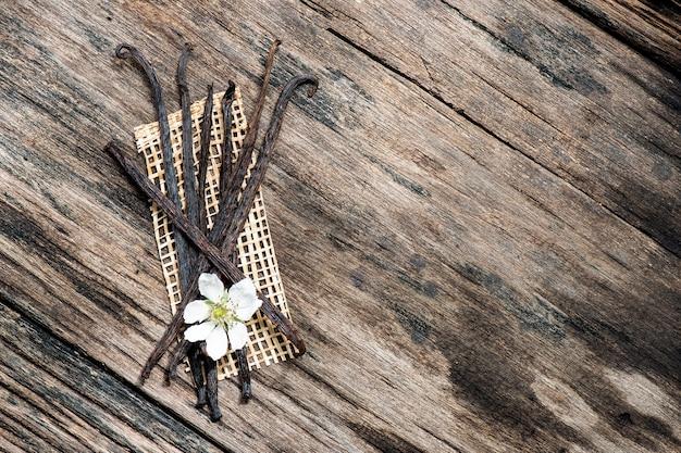 Сушеные стручки ванили. вид сверху, плоская планировка.