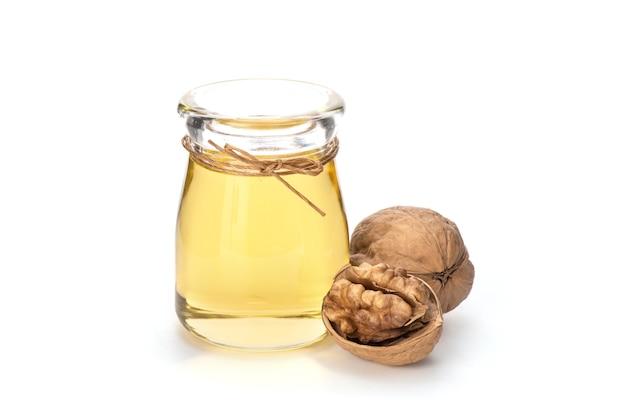自然の表面に乾燥したクルミの果実と油。
