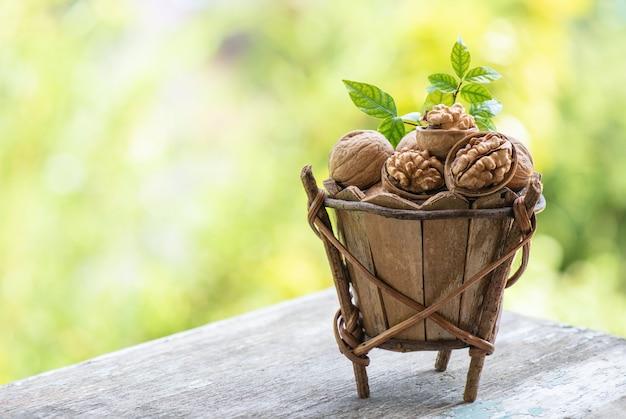 自然の表面に乾燥したクルミの果実。