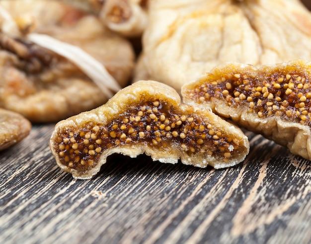 Сушеный желтый инжир крупным планом, вяленый спелый инжир - восточная традиционная сладость