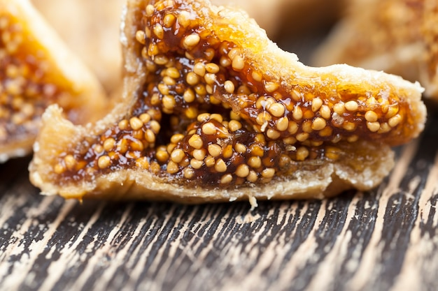 Сушеные желтые сладкие фрукты инжир, инжир, сушеный естественным способом на солнце