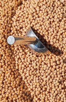 Сушеный желтоватый нут в мешке для продажи оптом на местном блошином рынке, органические сыпучие продукты