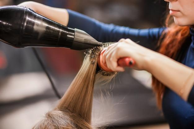 헤어 살롱에 머리카락을 말리고 넣습니다.