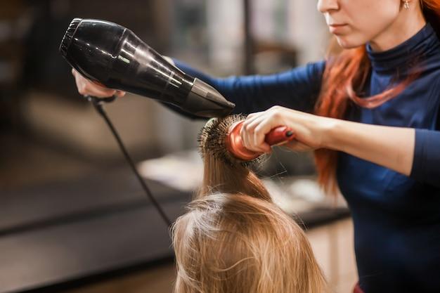 Dries and puts hair in hair salon