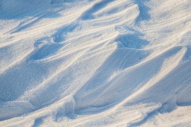 降雪後の雪からの漂流。表面が水平ではない