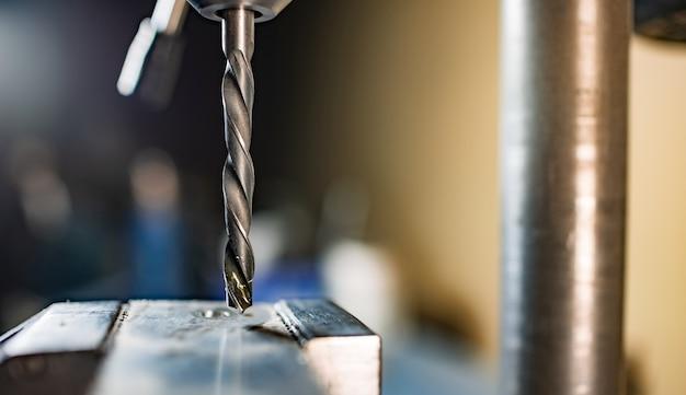 공구맨 자물쇠 제조공의 작업장에서 드릴 클로즈업, 드릴링 머신
