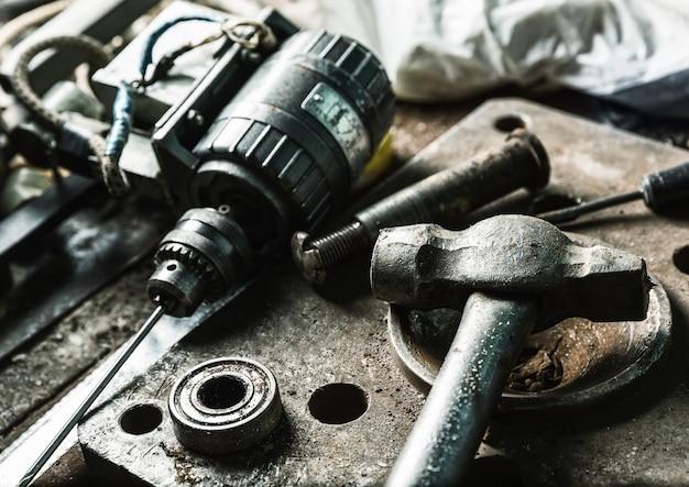 드릴 머신, 망치 및 일부 기계 도구