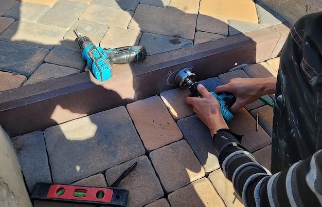 Сверление бетонного бордюра для установки светильника. выборочный фокус