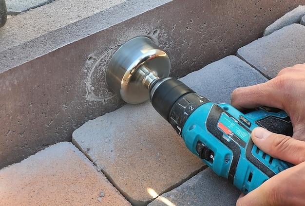 照明器具を取り付けるためにコンクリートの縁石を掘削します。セレクティブフォーカス