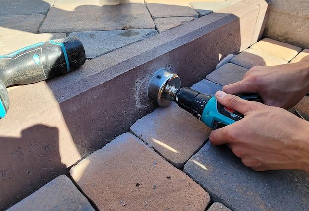 Сверление бетонного бордюра для установки светильника.