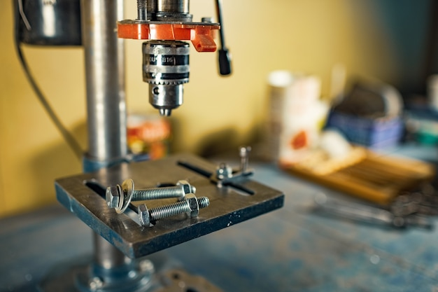 도구공 자물쇠 제조공의 작업장에서 드릴링 머신