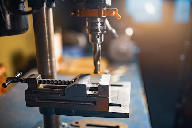 공구맨 자물쇠 제조공의 작업장에서 드릴링 머신