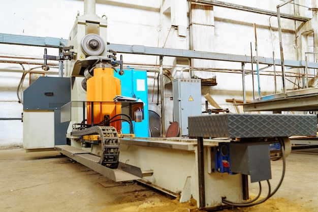 金属工場での掘削機の作業工程