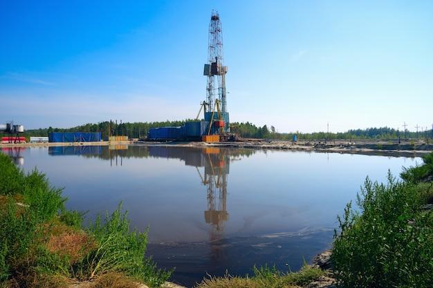 水に反射する掘削リグ。シベリア。
