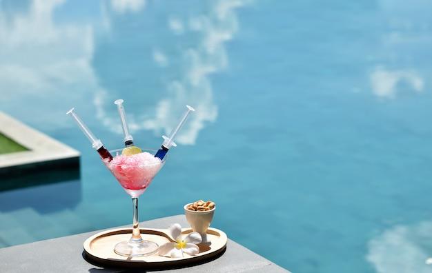 Выпить коктейль в отпуске у бассейна
