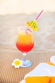 休暇中にカクテルを飲みます。セレクティブフォーカス。自然