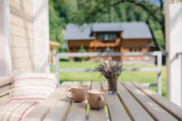 Выпить кофе и расслабиться на веранде летом