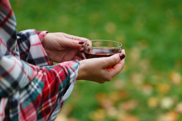 가을 숲에서 뜨거운 차를 마시고 야외 산책