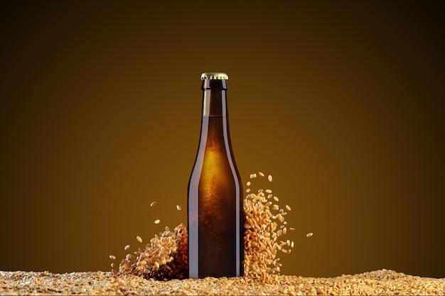 モックアップシリーズを飲みます。小麦の粒が散らばっている暗いスタジオアンバーの背景に反射した茶色のビール瓶。デザインですぐに使用できるテンプレート。