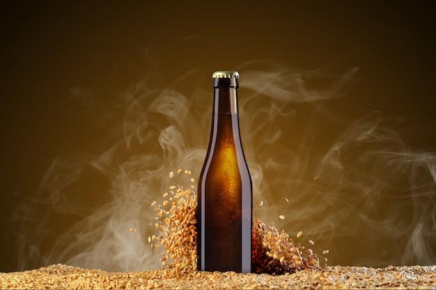 모형 시리즈를 마셔 라. 밀 곡물을 산란와 연기 umber 배경에 반사와 갈색 맥주 병. 쇼케이스에서 사용할 준비가 된 템플릿.