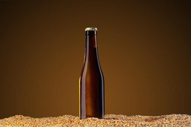 モックアップシリーズを飲みます。アンバースタジオの背景に小麦のトウモロコシの上に立つ反射と茶色のビール瓶。ショーケースですぐに使用できるテンプレート。
