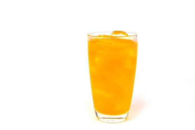 白い背景の上のガラスの氷とオレンジソーダの飲み物。コピースペース