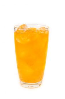 Напиток апельсиновой соды со льдом в стакане на белом фоне