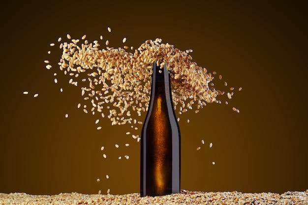 ドリンクテンプレートシリーズ。スタジオアンバーの背景に反射した茶色のビール瓶。小麦の粒が優雅に散らばっています。デザインですぐに使用できるモックアップ。
