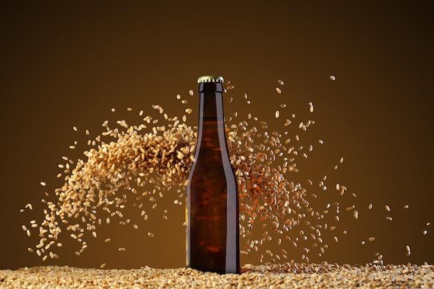 ドリンクテンプレートシリーズ。スタジオアンバーの背景に反射した茶色のビール瓶。小麦の粒が大きく散らばっています。デザインですぐに使用できるモックアップ。