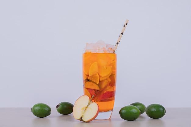 사과, feijoa 및 흰색 빨대 음료