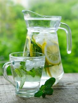 レモンとミントをガラスの水差しで飲む