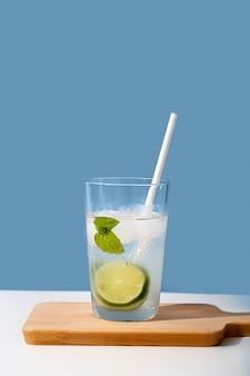 Bere con lime e menta