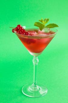 マティーニグラスに赤スグリを入れて飲む
