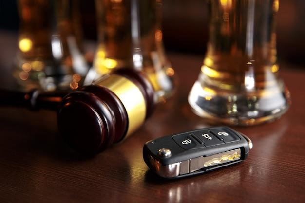 木製のテーブルパブで飲酒運転のコンセプトカーの鍵