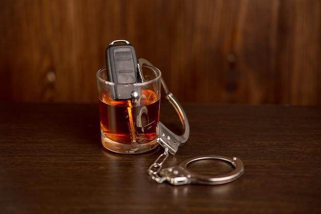 飲酒運転の概念。木製のテーブルの車の鍵