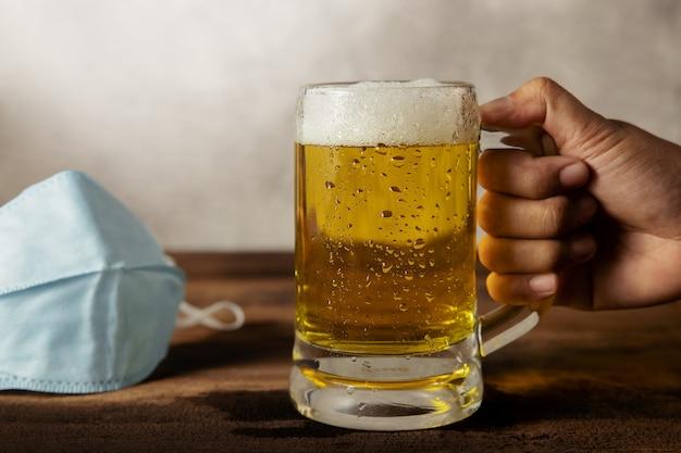 Covid-19シチュエーションコンセプトでビールを飲む