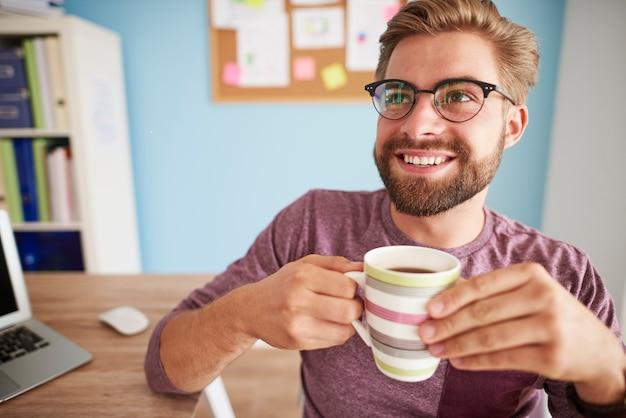 コーヒーを飲み、誰かと話す