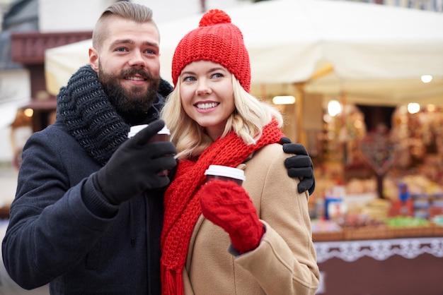 クリスマスマーケットでコーヒーを飲む