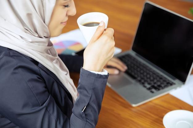 히잡을 쓴 아름다운 아라비아 여성 사업가의 초상