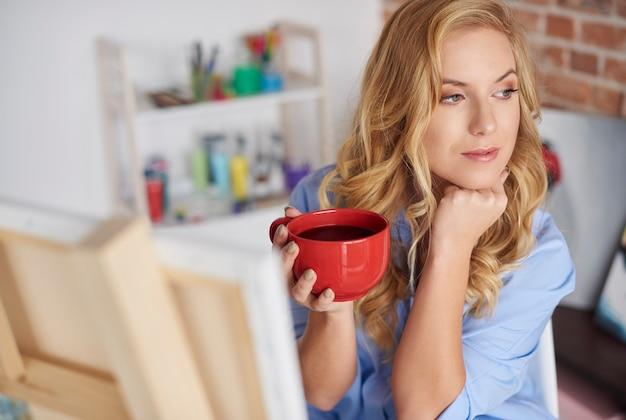 休憩しながらコーヒーを飲む