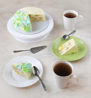 ケーキとお茶を飲む。スタンドにケーキ、皿にスライス、お茶のマグカップ。上からの眺め。